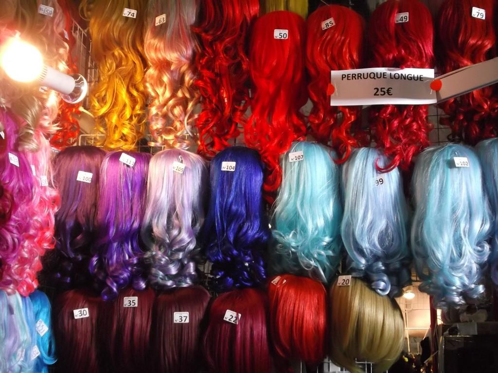 Il y a du matériel pour vos cosplays..ici plein de perruques colorées