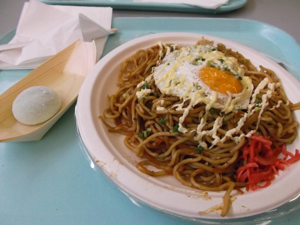 On peut aussi manger typiquement japonais, ici yakisoba aux légumes et un mochi glacé au thé vert
