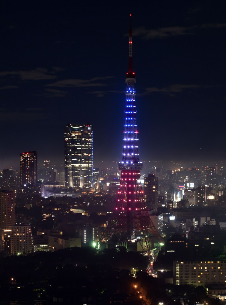 La Tôkyô Tower aux couleurs du drapeau français en réponse aux attentats de Paris de vendredi soir.
