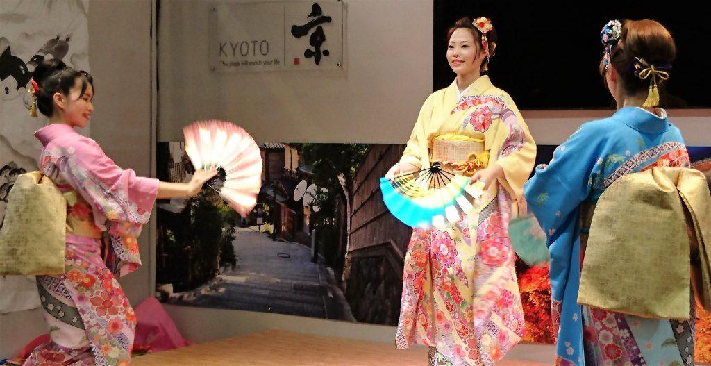 Sinon il y avait aussi de magnifiques spectacles de danses traditionnelles