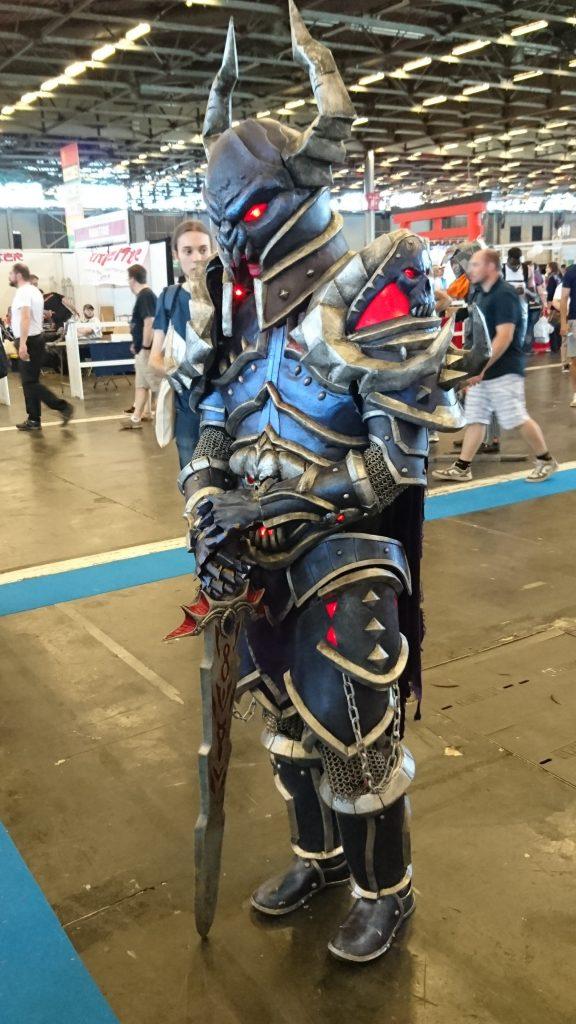 Magnifique cosplay en armure avec des illuminations !