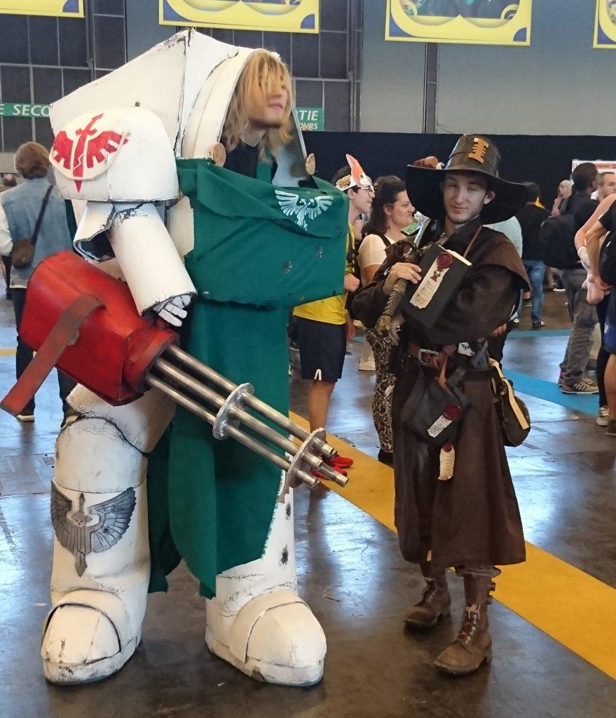 Un cosplayeur courageux avec cette chaleur. Cosplay Warhammer 40.000